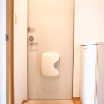 玄関もコンパクト。(※写真は1階の同間取り別部屋のものです)
