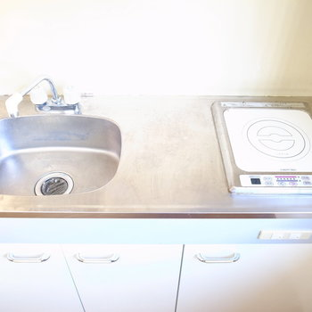 キッチンはIH。お手入れや調理もらくらくです。(※写真は1階の同間取り別部屋のものです)