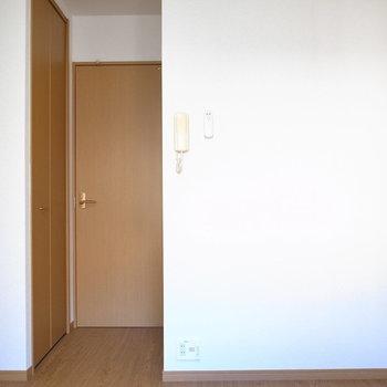 窓側から。シンプルな形と内装です。(※写真は1階の同間取り別部屋のものです)