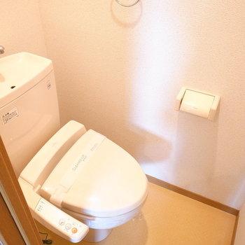 トイレは温水洗浄便座つきですよ!(※写真は1階の同間取り別部屋のものです)