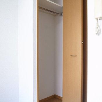 クローゼットにはハンガーポールがあります◎(※写真は1階の同間取り別部屋のものです)