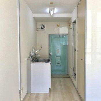 玄関扉は爽やかなライトグリーン。※写真は1階の同間取り別部屋のもの・家具はサンプルです