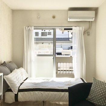 エアコン付きです。※写真は1階の同間取り別部屋のもの・家具はサンプルです