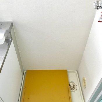 キッチン横に洗濯パンがあります。※写真は1階の同間取り別部屋のものです