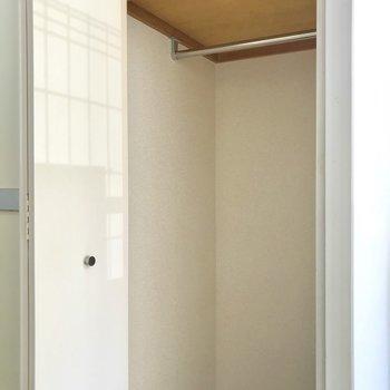 長い丈の衣服を掛けられます。※写真は1階の同間取り別部屋のものです