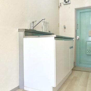 手前は冷蔵庫が置けそうです。※写真は1階の同間取り別部屋のもの・家具はサンプルです