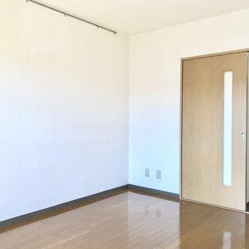 左の壁にピクチャーレール付きで嬉しいですね。※写真は3階の反転間取り別部屋のものです