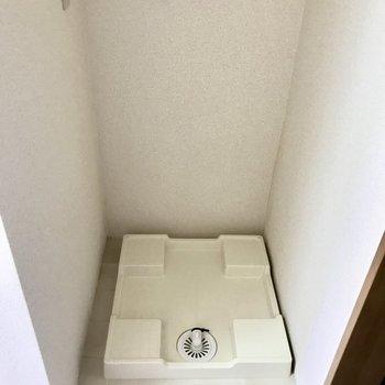 玄関前に洗濯機置き場があります。※写真は3階の反転間取り別部屋のものです