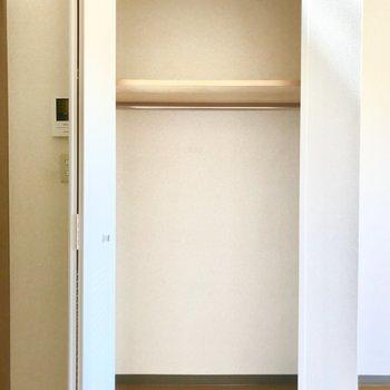 長い丈の衣服を掛けられます。※写真は3階の反転間取り別部屋のものです