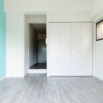 白×水色。ナチュラルな木目の家具が合うかしら。