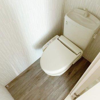 トイレは温水洗浄便座。上部に収納つきです。(※写真は清掃前のものです)
