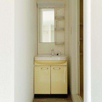 くるっと振り返ると独立洗面台。たくさんしまえそうですね。(※写真は清掃前のものです)