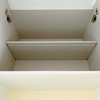 上部にも収納がありますよ!ここにはアウトドアの物を入れておこうかな。(※写真は清掃前のものです)