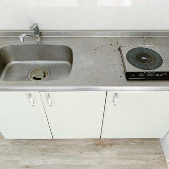 キッチンはコンパクト。作業台を横に置いてもいいかも◎(※写真は清掃前のものです)