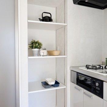 収納スペースがありますね。食器などを置くとよさそうですよ。