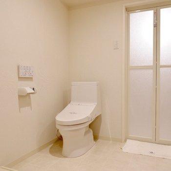 左には清潔感のあるトイレ。温便座やウォシュレットなど嬉しい機能がついています。