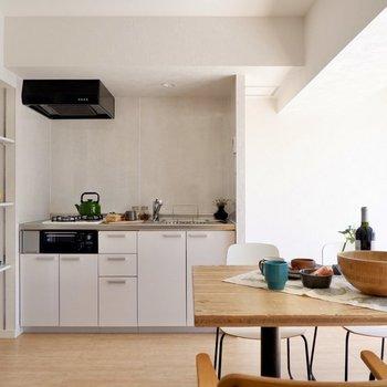 キッチン右に冷蔵庫が置けますよ。