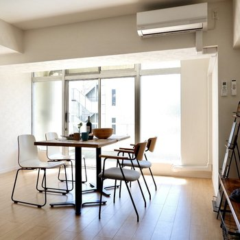 壁際に棚など置いてみるのもよいかも。上にお気に入りの雑貨なんて飾ったら素敵ですね。