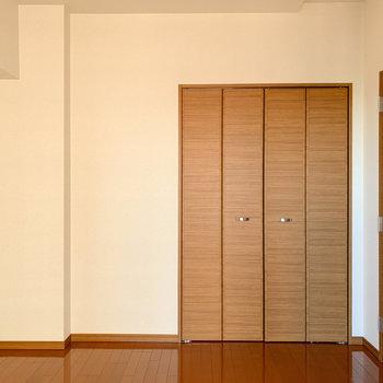 【洋室】緑など置いたら爽やかお部屋になりそうです。