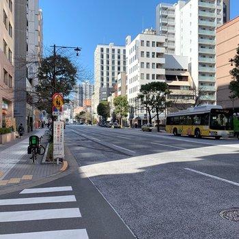 目の前は大通りで広がっています。