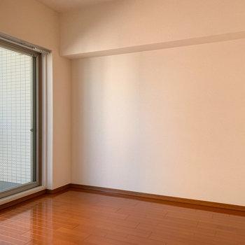 【洋室】お隣の洋室もツヤツヤの床ですよ。