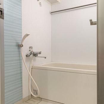 水色のアクセント色がある浴室です。