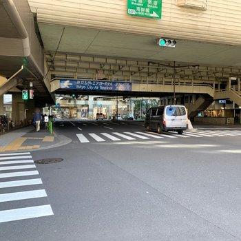 エアターミナルと奥は飲食店やカフェなどもあります。