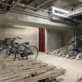 地下に自転車置き場があります。