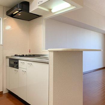 【LDK】白を基調とした大きなキッチンです。