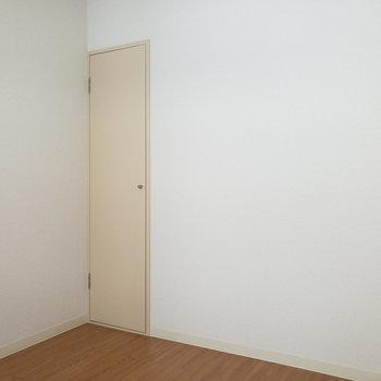 【洋室約4帖】左側にはコンパクトな収納があります。