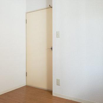 【洋室約4帖】次は玄関を見てみましょう。