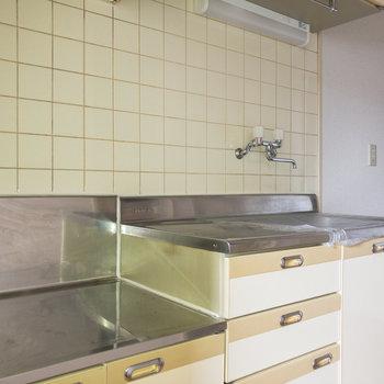 2~3口コンロが設置できます。調理スペースも確保されていますよ。