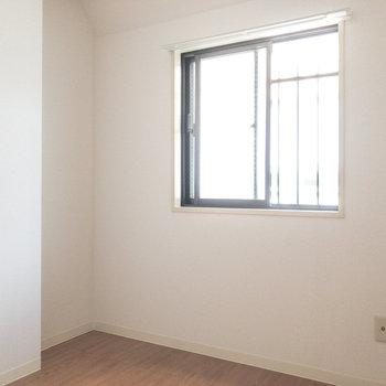 【洋室約4帖】窓があるので明るいんです。
