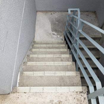 移動は階段で。手すりがあるので安心して上り下りできます。