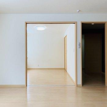 洋室と納戸が並びます