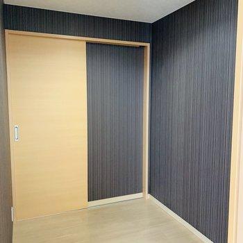 納戸もネイビーで彩られてます。2.5帖で照明付きと充実のスペース。整理が苦手な人でもお部屋をすっきり使えそう!