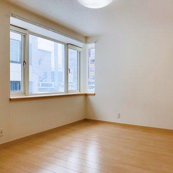 洋室もスペースたっぷり。そして大きな出窓も健在◎開放的な空間