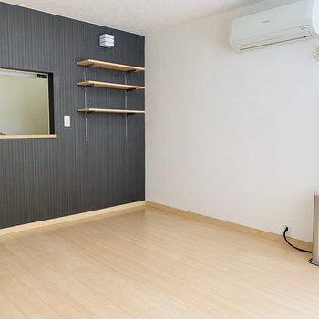 キッチン前には木製テーブルを用意してダイニングスペースとして使おうかな♪