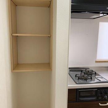 キッチン横には収納スペース
