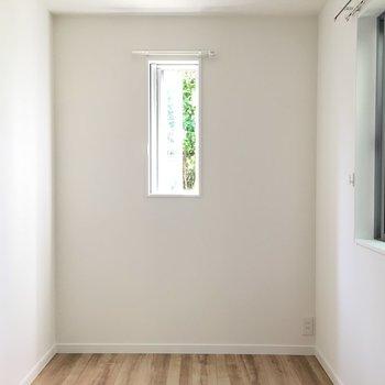 洋室①】LDKのすぐ隣のこじんまりとしたお部屋