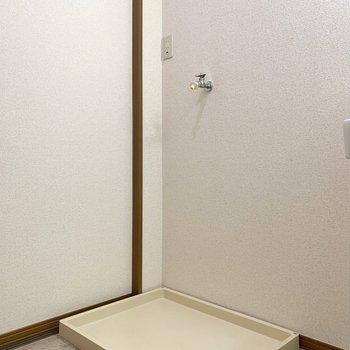隣には洗濯機を。サイドに棚が置けそうでしたよ。