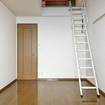 【洋室7.5帖】梯子の先にロフトが待っています。