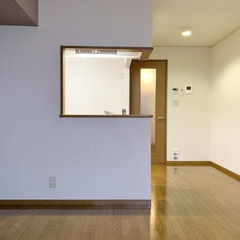 【LDK】窓を背にすると対面キッチンの存在感が際立ちます。