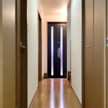 キッチン脇の扉を開け、廊下へ。