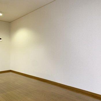 【LDK】キッチン脇が大きく開いているので、食器棚なども置けそうです。