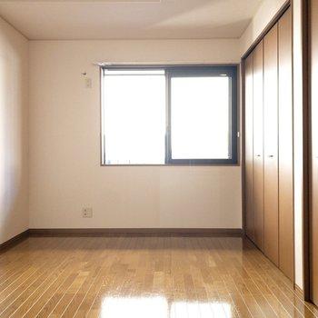 【洋室7.5帖】こちらは南向きのお部屋です。