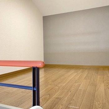 【洋室7.5帖】カラフルな柵が可愛いロフト 。174cmの私が中腰になるくらいの高さです。