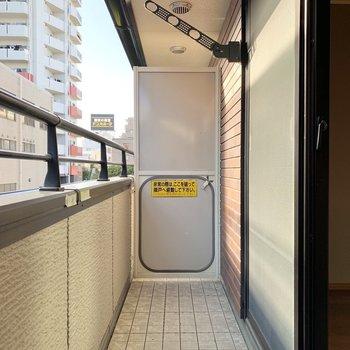 【洋室8.0帖バルコニー】2階のバルコニーでも外干しができます。