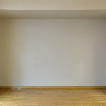 【LDK】グレーのクロスの前にはステンレス製の家具も似合いそう。