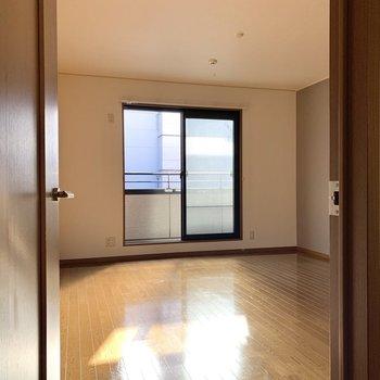 【洋室8.0帖】正面にある洋室は開放的な空間です。